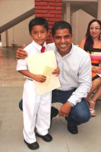 Ganador del Concurso de Poesía, Arón Martínez con el alcalde de Lázaro Cárdenas, Arquimides Oseguera Aquimides