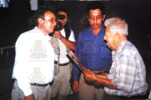 de Izquierda a derecha el periodista Carlos Juan Méndez, el entonces Director  General de IMCED, Ibrahim Santacruz Villaseñor y Don Aurelio Campos Campos