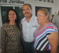 Lider Estatal del PRI fracqueado por las regidoras Judith Carrillo Chacón y Rosalia mMgaña